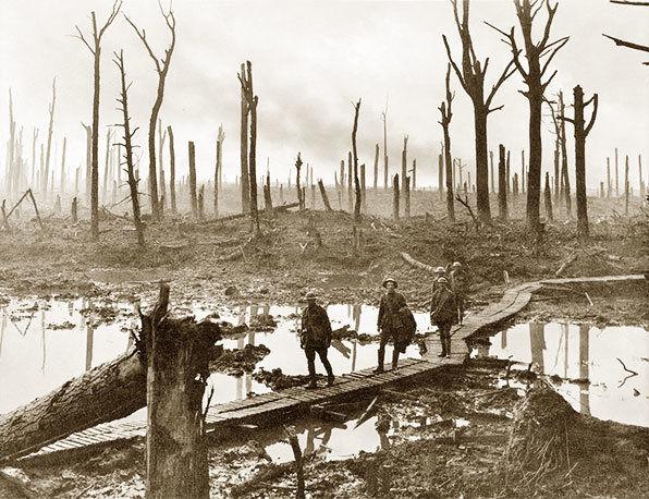 Австралийские артиллеристы в лесу близ деревни Пашендейль.