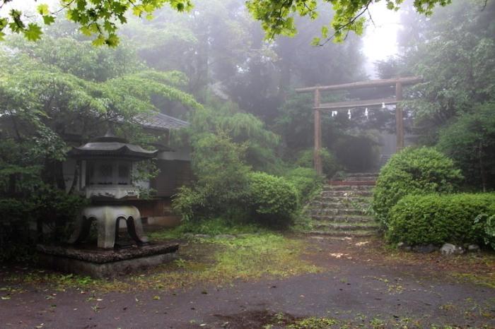 Храм в Фудзиномия, Япония.   Фото: atlasobscura.com.
